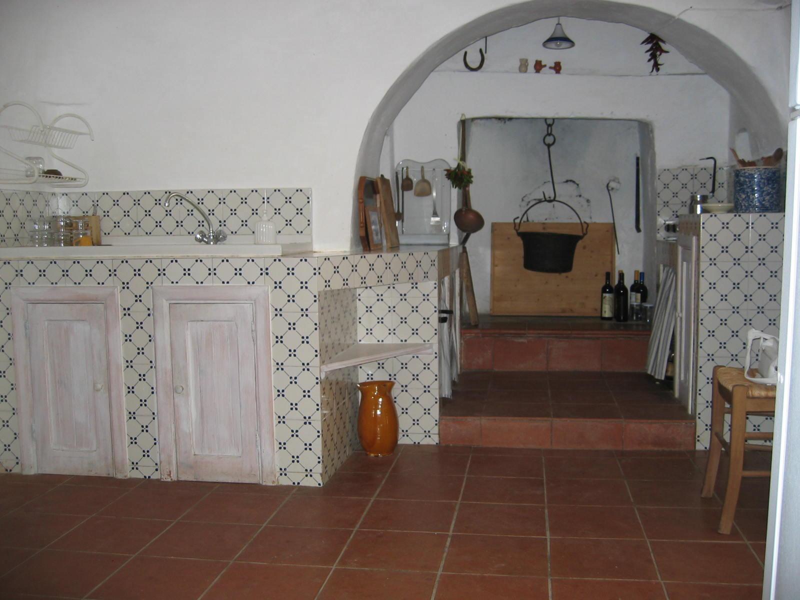 Trullo bianco gli interni e gli esterni del trullo for Interni ristrutturati