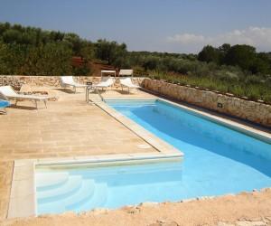 Trullo Bianco - La piscina a forma di L con idromassaggio